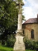 Kříž před kostelem