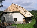 Znovuvrácení šindelové krytiny na šumavskou roubenku v Radešově