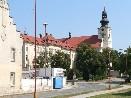 Budova staré základní školy a kostel sv. Jakuba Staršího