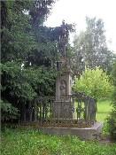 Kamenný podstavec s křížem a oplocením
