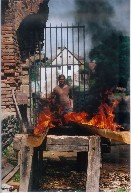 Vypalování dřevěného okapu nové tesané pokladny