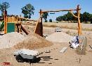 Položení obrubníků k ohraničení plochy dětského hřiště